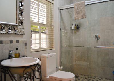 Spacious shower in Granite Grey